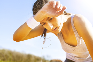 Em dias quentes e ao praticar exercícios, ocorre uma perda acentuada de água pelo suor