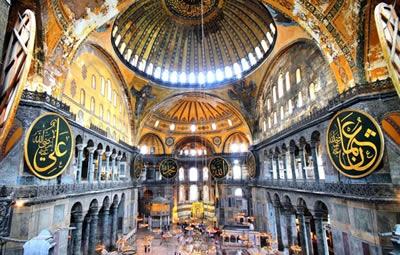A Catedral de Santa Sofia foi um dos locais saqueados pelos cristãos europeus durante a Quarta Cruzada.*