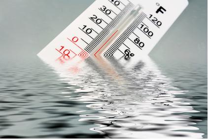 A temperatura medida será a mesma independente da quantidade de água, sendo, portanto, uma propriedade intensiva