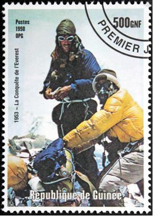 Selo postal mostra primeira ascensão ao Monte Everest por Edmund Hillary e Tenzing Norgay (1953). Note o uso de equipamento de respiração adequado*