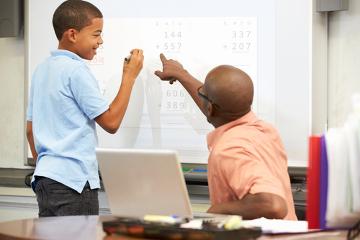 A lousa digital permite que o professor promova aulas mais dinâmicas e interativas