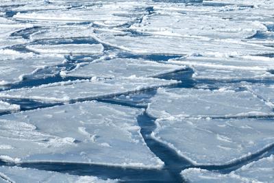 A dilatação irregular da água possibilita a flutuação de blocos de gelo na superfície de um lago