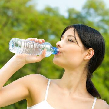 Em dias de calor extremo, lembre-se de beber bastante água e utilizar roupas de coloração mais clara