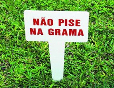 Pisar a grama e na grama são consideradas formas adequadas