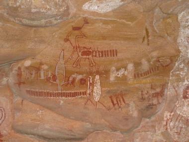 O Parque Nacional da Serra da Capivara, situado em São Raimundo Nonato, Piauí, é um dos mais ricos em arte rupestre do mundo *