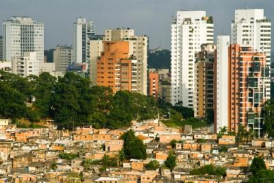 Favela à frente e prédios luxuosos ao fundo em São Paulo. A desigualdade é a marca do subdesenvolvimento