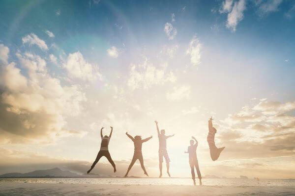Estar feliz é fundamental para ser uma pessoa saudável.