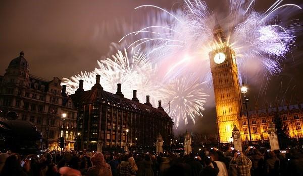 Festa de fogos de artifício no réveillon de Londres
