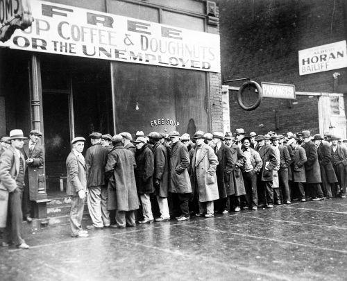 Fila de desempregados em uma das ruas de Nova York, EUA