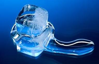Cubo de gelo mudando de estado físico