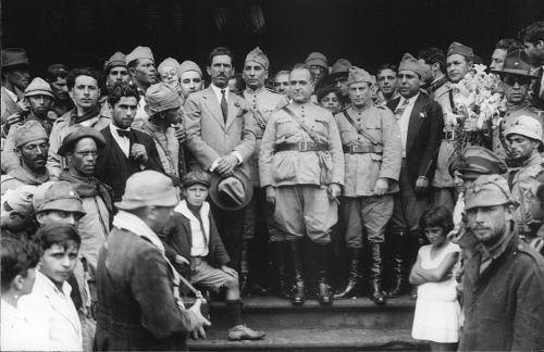 Getúlio Vargas, no centro da imagem, com uniforme militar, em 1930