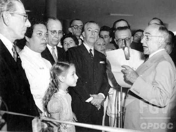 Getúlio Vargas, que está discursando à direita, foi considerado o símbolo máximo do populismo brasileiro.*