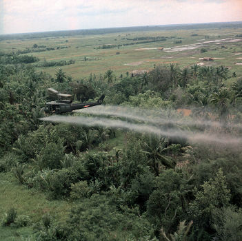 Helicóptero americano lançando o herbicida agente laranja contra área de floresta no delta do rio Mekong, Vietnã
