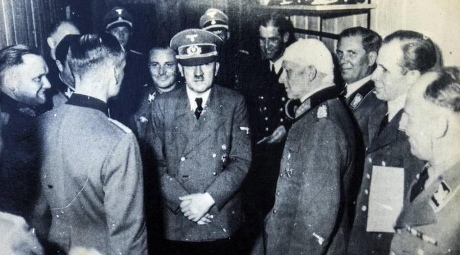 """Em 20 de julho de 1944, Hitler e alguns oficiais nazistas sofreram um atentado à bomba no quartel-general """"Toca do Lobo""""**"""