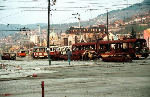 Homem correndo para evitar os atiradores de elite que cercavam Sarajevo em 4 de abril de 1993 *