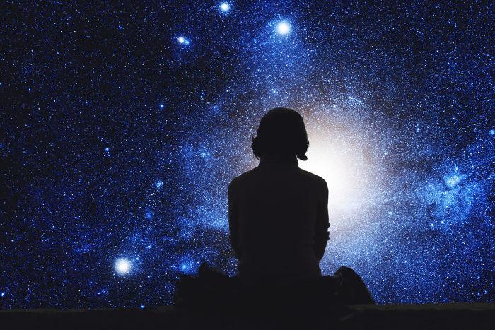 Homem observando o universo