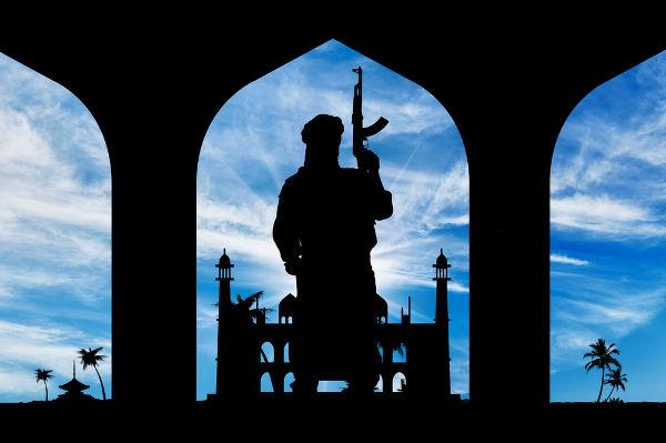 Homem portando armamento pesado em uma mesquita