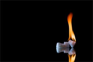 Imagem de algo que parece gelo pegando fogo