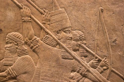 Imagem assíria feita em pedra retratando o rei Assurbanípal II.*