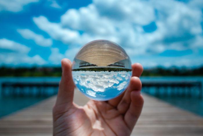 A lente de uma lupa é capaz de produzir imagens reais e invertidas de objetos distantes.