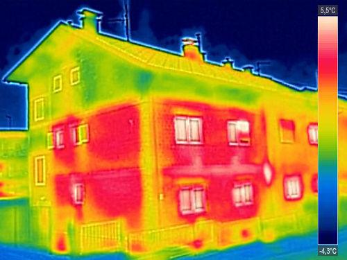 Imagem de infravermelho feita de uma residência. As partes em vermelho representam as maiores temperaturas