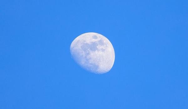 Imagem da lua sendo vista da Terra durante o dia
