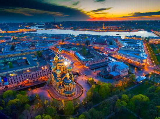 Imagem panorâmica da cidade de São Petersburgo destacando a Catedral do Sangue Derramado com o rio Neva ao fundo