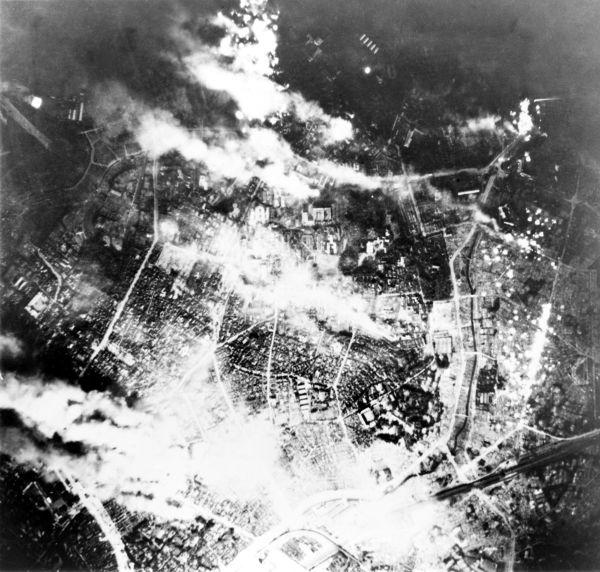 Imagens aéreas dos incêndios em Tóquio após os bombardeios americanos sobre a cidade em 1945