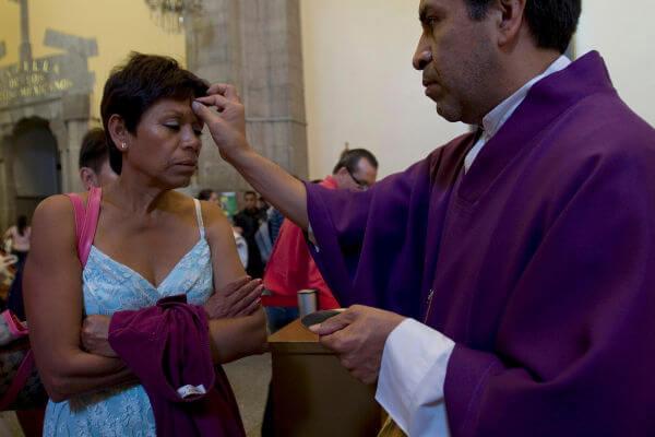 Sacramento da imposição de cinzas realizado durante a Quarta-Feira de Cinzas em uma igreja mexicana.*