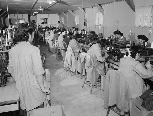 Internos de origem japonesa que trabalhavam no campo de internamento de Manzanar, na Califórnia, em 1943
