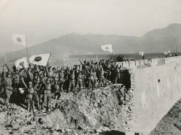 Japoneses celebram a captura de Nanquim em dezembro de 1937