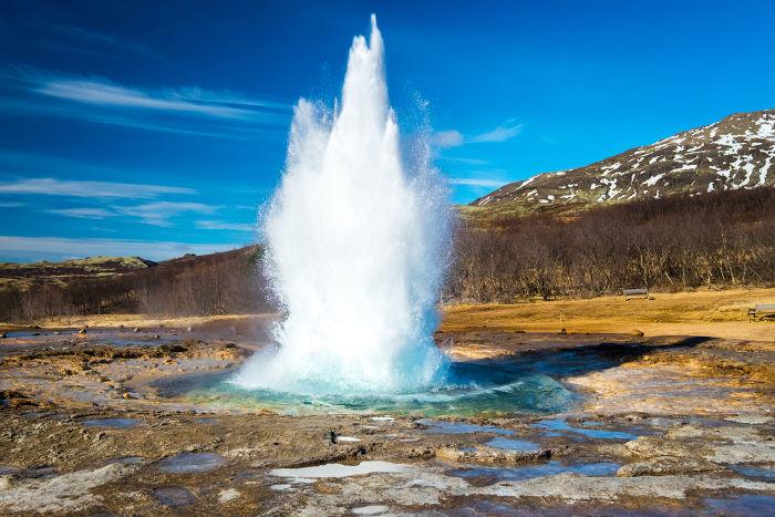 A água é lançada verticalmente pelos gêiseres em altas velocidades, podendo atingir mais de 400 m de altura.