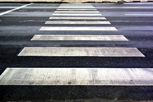 Linhas da faixa de pedestres são exemplos de retas paralelas