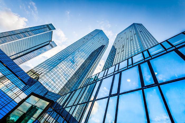 Linhas retas e planos de vidro nos prédios