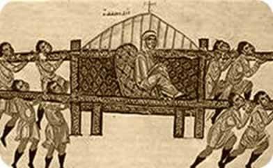Membro da elite romana sendo carregado por escravos em uma liteira