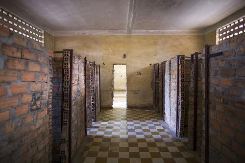 Local que foi usado pelo governo de Pol Pot para torturar e executar milhares de pessoas entre 1975 e 1979 *