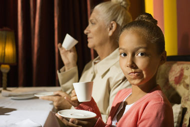 Maneiras à mesa é um dos comportamentos referentes à etiqueta
