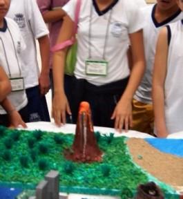 Maquete de vulcão simulando uma erupção.