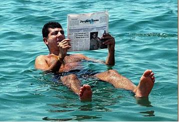 A densidade do Mar Morto é muito alta em razão da grande concentração de sal dissolvido em suas águas