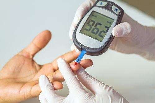 Medir a glicemia do sangue é uma forma de abordar os aspectos quantitativos das soluções