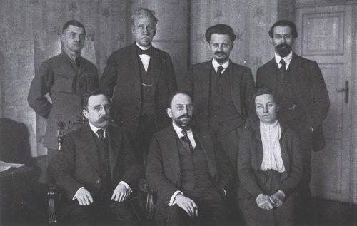 Membros da delegação soviética que firmaram o acordo de março de 1918 com as potências centrais