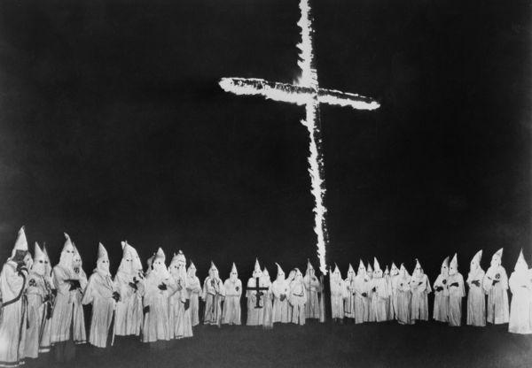Membros da Ku Klux Klan reunidos no Tennessee, em 1948.*