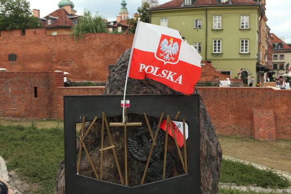 Memorial dedicado às vítimas de Katyn, em Varsóvia, capital da Polônia *