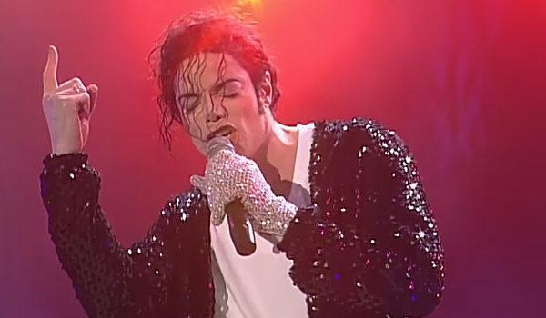 O norte-americano Michael Jackson é conhecido como o rei do pop.