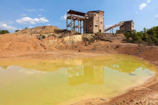 A mineração é uma atividade econômica e industrial associada a diversos impactos ambientais, como a contaminação de recursos hídricos.