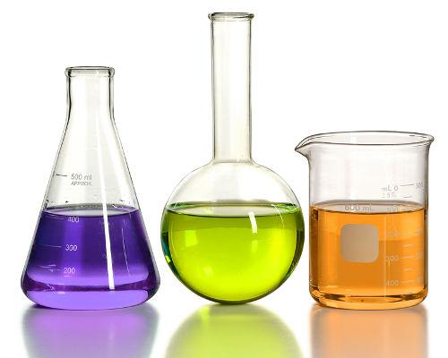 Mistura de soluções (roxa e laranja) de diferentes sais forma uma nova solução (verde)