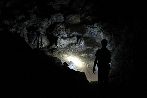"""A Alegoria da Caverna está em um diálogo de """"A República"""", obra de Platão, e fala sobre o conhecimento da verdade."""