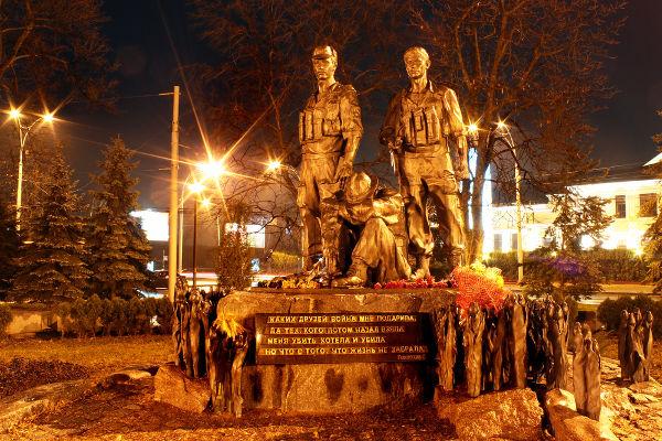 Monumento construído em Kiev (atual Ucrânia) em homenagem aos soldados que lutaram na Guerra do Afeganistão*