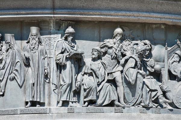 Monumento construído em Novgorod em homenagem à posse de Rurik, que deu início à dinastia dos Rurik na Rússia*