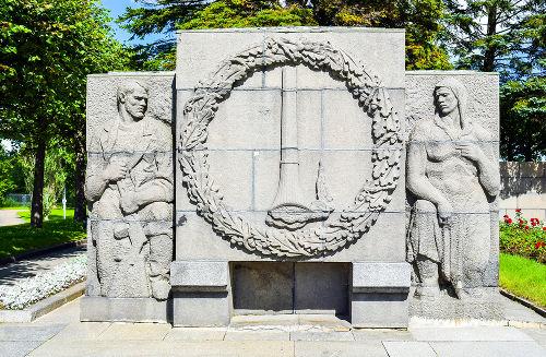 Monumento construído na atual São Petersburgo em homenagem às vítimas do cerco de Leningrado*